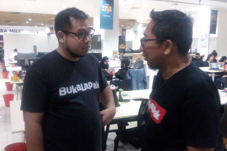 President of Engineering Bukalapak, Ibrahim Arief(kiri) berbincang dengan pekerja teknologi Bukalapak di Kantornya, Jakarta Selatan, Kamis (14/2/2019).