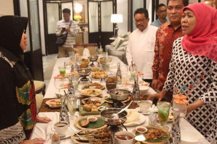 Wali Kota Surabaya, Tri Rismaharini, saat bertemu dengan gubernur Jatim terpilih, Khofifah Indar Parawansa, di sebuah restoran di Surabaya, Minggu (10/2/2019).