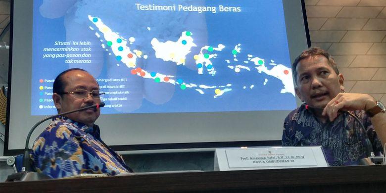 Ketua Ombudsman Amzulian Rifai dan Anggota Ombudsman Ahmad Alamsyah Saragih dalam jumpa pers terkait kenaikan harga dan impor beras di Kantor Ombudsman, Jakarta, Senin (15/1/2018).