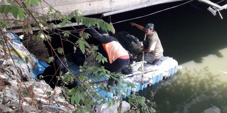 Petugas menyusuri Kali Anak Ciliwung di Jalan Gunung Sahari guna memburu buaya yang berada di sana, Selasa (9/10/2018).