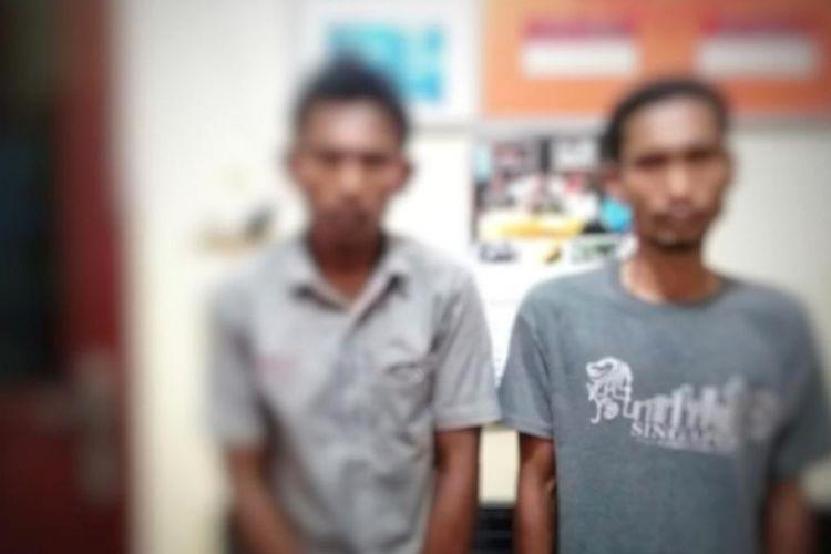 Dua tersangka penegdar sabu di Mapolsek Darul Aman, Kabupaten Aceh Timur, Aceh, Sabtu (16/2/2019)