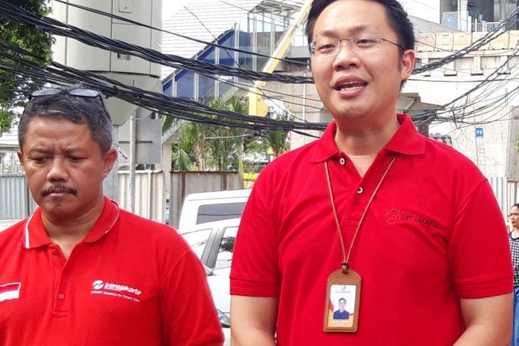 Direktur Teknik dan Fasilitas PT Transjakarta Wijanarko (kiri) dan Direktur Utama LRT Allan Tandiono, di Halte Pemuda Rawamangun, Jakarta Timur, Jumat (11/1/2019)