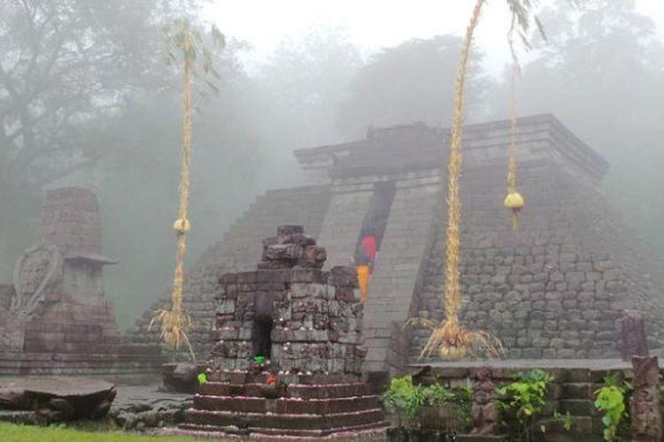 Kabut di Candi Sukuh, lereng Gunung Lawu, Desa Berjo, Kecamatan Ngargoyoso, Kabupaten Karanganyar, Jawa Tengah