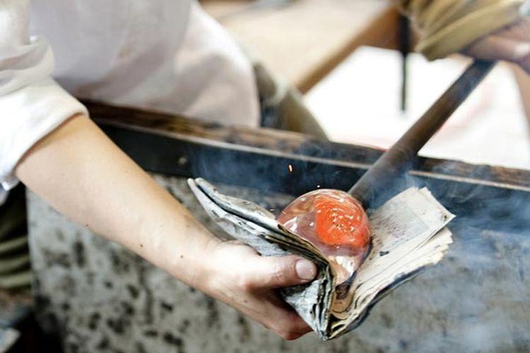 Fuki-garasu adalah cara pembuatan gelas atau vas yang dibuat dengan cara membentuk gumpalan kaca panas yang pada besi yang panjangnya satu meter, kemudian ditiup hingga bentuknya jadi sesuai selera. Pembuatan gelas ini bisa ditemui di Museum Azumino Art Hills di Prefektur Nagano, Jepang.