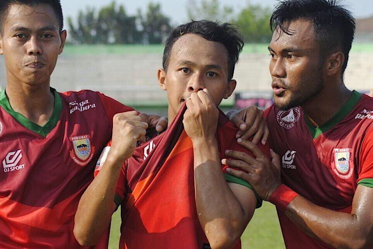 Arif Allama melakukan selebrasi setelah menjebol gawang Persita Tangerang di Stadion Singaperbangsa, Karawang, Jawa Barat, Kamis (21/9/2017).