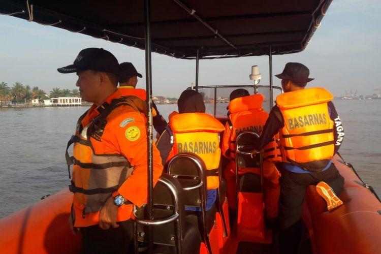 Tim Basarnas melakukan pencarian terhadap empat orang yang hilang di perairan sungai Musi Palembang, akibat kecelakaan speedboat