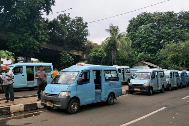Sopir angkot M44 jurusan Kampung Melayu-Karet Kuningan memarkir kendaraan mereka di dekat kolong Flyover Tebet seusai melakukan aksi demo di Jalan KH Abdullah Syafei, Jakarta Selatan, Senin (12/2/2018). Mereka protes karena banyaknya transjakarta rute Kampung Melayu-Tanah Abang yang beroperasi.