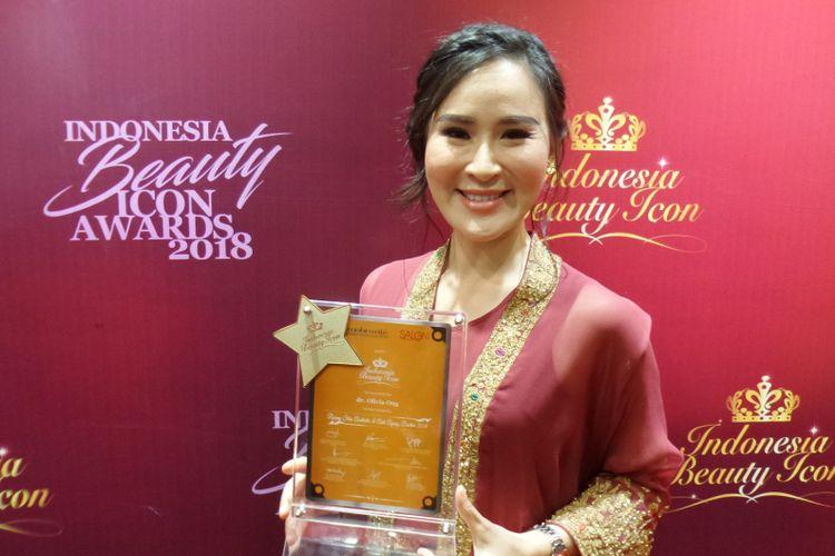 Dokter estetika sekaligus pendiri Jakarta Aesthethic Clinic (JAC) Olivia Ong ketika menerima penghargaan penghargaan Rising Star Aesthetic & Anti Ageing Doctor Indonesian Beauty Icon Awards 2018 di Jakarta Convention Center, Kamis (11/10/2018).
