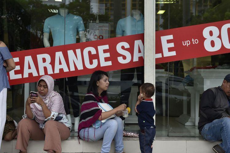 Sejumlah pengunjung antre berbelanja di Lotus Departement Store, Jakarta, Rabu (25/10/2017). Pemerintah akan memonitor perubahan perekonomian seiring berjatuhannya gerai-gerai ritel di DKI Jakarta.