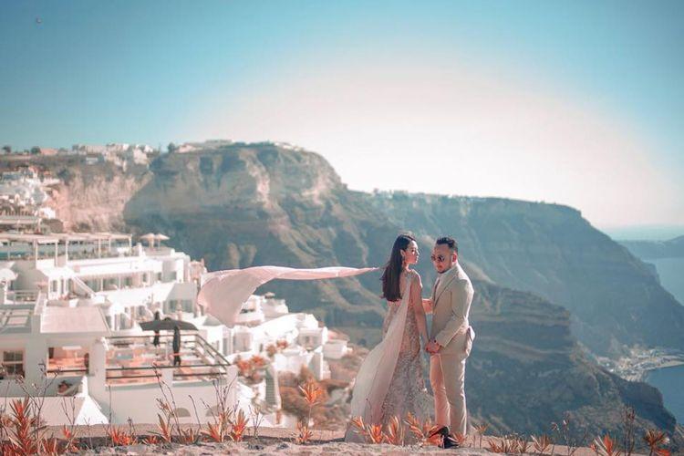 Samuel Wongso bersama kekasihnya melakukan sesi foto prewedding di Santorini.