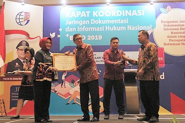 Kepala Badan Perencanaan dan Pengembangan Ketenagakerjaan (Barenbang) Kemnaker Tri Retno Isnaningsih saat menerima terbaik II Jaringan Dokumentasi dan Informasi Hukum Nasional (JDIHN) Award Tahun 2019 untuk tingkat kementerian di Jakarta, Senin (9/9/2019).