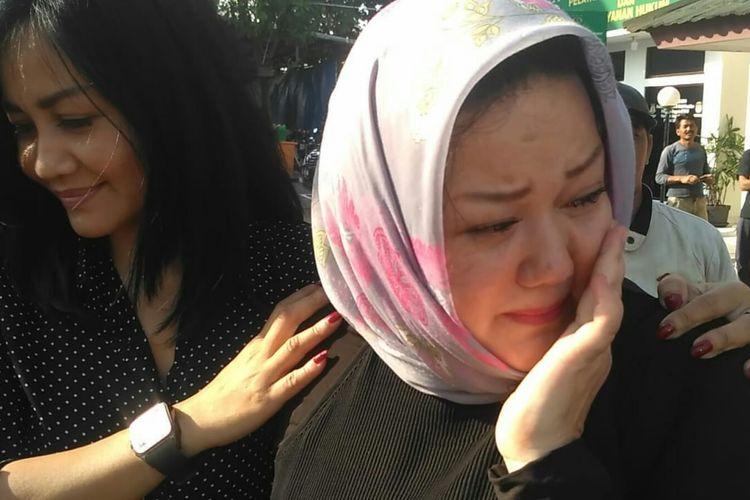 Putri sulung Rhoma Irama Debby Rhoma didampingi kerabatnya menahan tangis usai mendampingi adiknya Ridho Rhoma menyerahkan diri ke Kejaksaan Negeri Jakarta Barat, kawasan Kembangan, Jumat (12/7/2019).