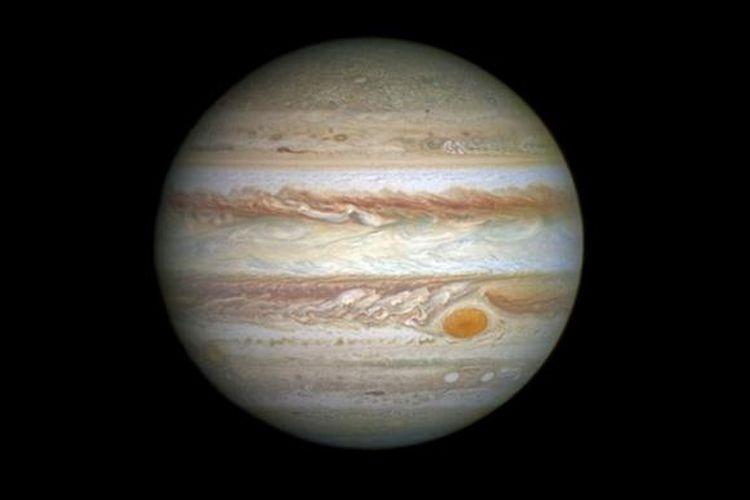Titik merah Jupiter. Suhunya mencapai 1.300 derajat celsius, mengalahkan lava terpanas di Bumi.