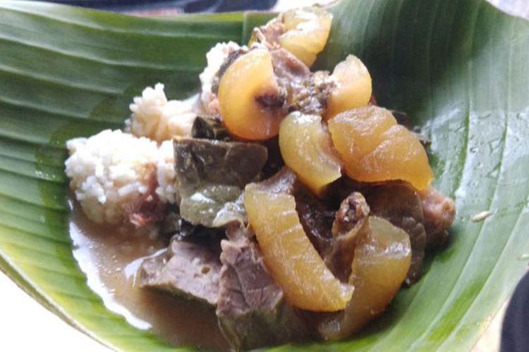 Nasi penggel khas Kebumen, Jawa Tengah, Senin (16/10/2017). Nasi penggel disajikan dengan sayur kulit dan jeroan sapi seperti babat, iso, kikil, tetelan, jantung, ginjal, paru, dan semacamnya. Pelengkap nasi penggel lainnya adalah tempe mendoan.