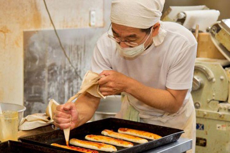 Toko roti Sakae-pan yang memiliki motto roti murah dan lezat yang dapat dinikmati oleh semua orang di Gifu, Jepang. Toko roti ini menjual 60 hingga 70 jenis roti setiap harinya. Setiap hari, sang pemilik toko memulai harinya sekitar pukul 4 pagi untuk mempersiapkan toko yang dibuka pukul 6.50.
