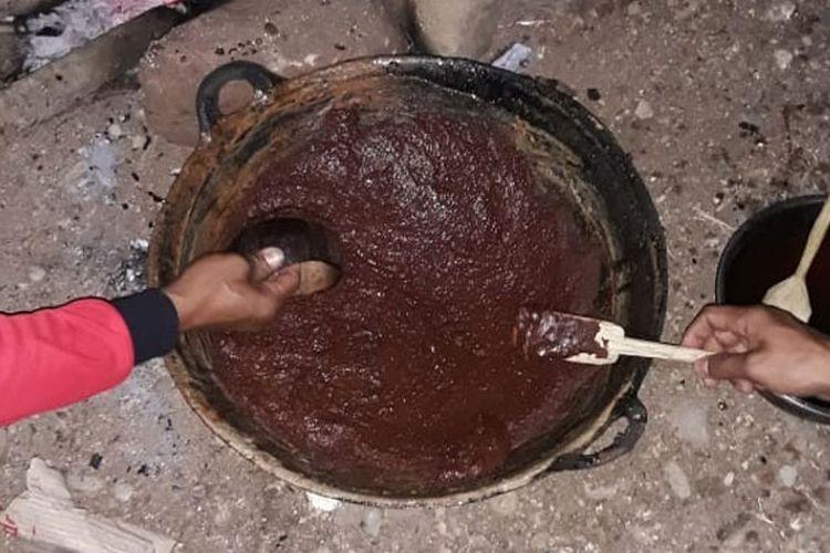 Kokor Gola merupakan tradisi orang Kolang mengolah air enau menjadi gula merah. Ini merupakan salah satu ikon pariwisata di Kecamatan Kuwus, Kuwus Barat, Pacar dan Macang Pacar, Ndoso, Kabupaten Manggarai Barat, Nusa Tenggara Timur.