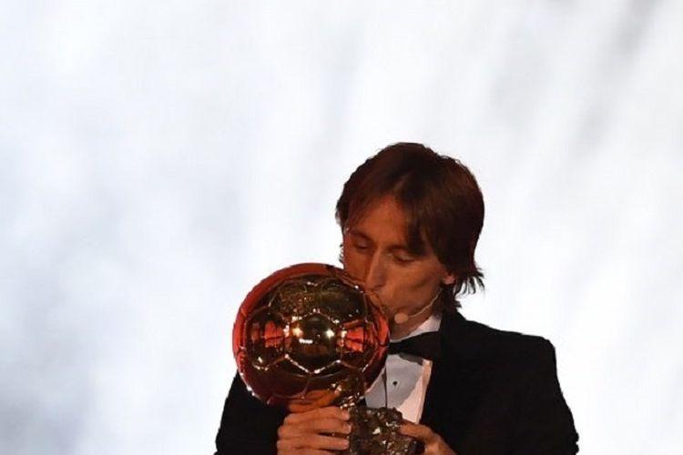 Gelandang Real Madrid asal Kroasia, Luka Modric, mencium trofi setelah menerima penghargaan Ballon dOr 2018 di Grand Palais, Paris, pada 3 Desember 2018.