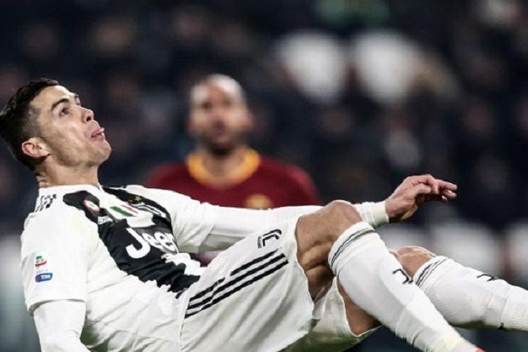 Cristiano Ronaldo mencoba melakukan tendangan akrobatik dalam laga Juventus vs AS Roma di Stadion Allianz pada lanjutan Liga Italia, 22 Desember 2018.
