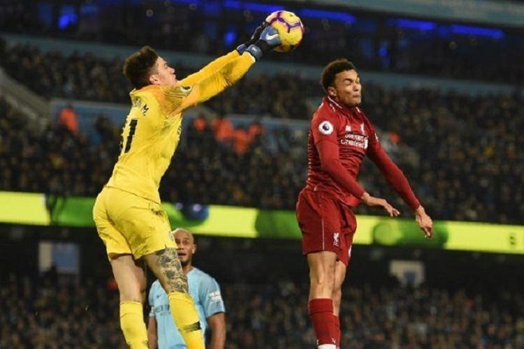 Ederson bergerak lebih cepat daripada Trent Alexander-Arnold dalam menyambut bola pada pertandingan Manchester City vs Liverpool di Stadion Etihad dalam lanjutan Liga Inggris, 3 Januari 2019.