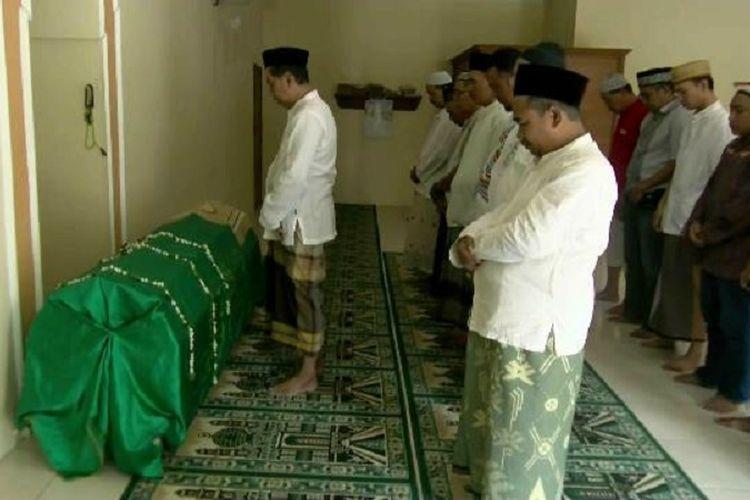 Aminah (88) warga Kauman Kota Pekalongan, Jawa Tengah, korban tewas akibat tertimpa reruntuhan rumah saat gempa dishalatkan sebelum dimakamkan.