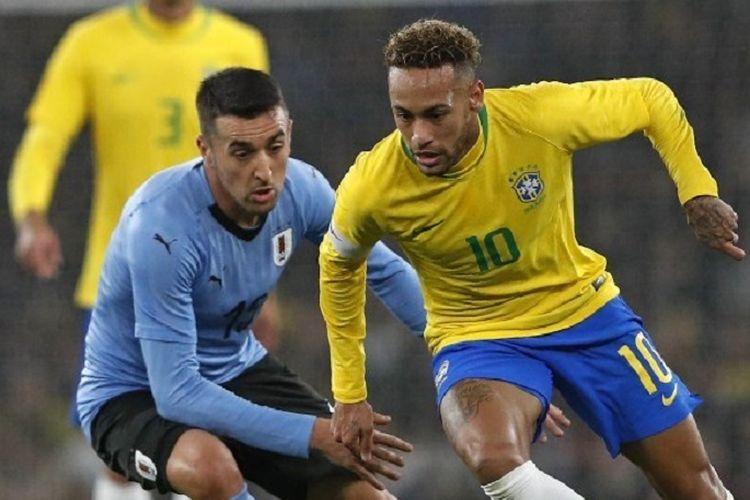 Matias Vecino menjaga Neymar pada pertandingan persahabatan Brasil vs Uruguay di Stadion Emirates, 16 November 2018.