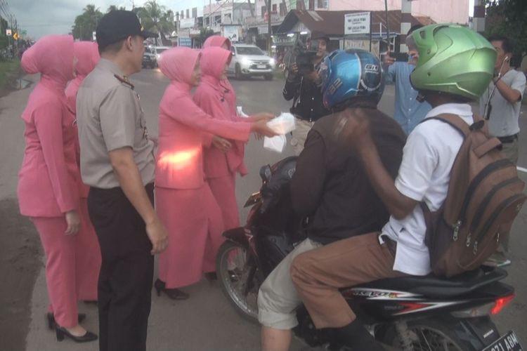 Sejumlah ibu-ibu dari Organisasi Bhayangkari Polsek Indralaya membagikan makanan pembuka puasa atau takjil kepada pengendara yang melintas di depan Mapolsek Indralaya, khususnya pengemudi bentor dan sopir angkot, Sabtu (26/5/2018)