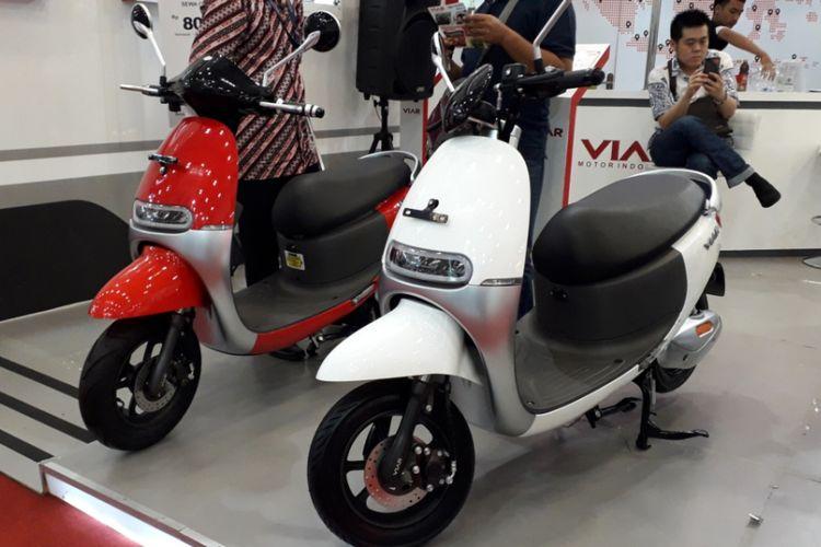 Dua sepeda motor listrik Viar Q1 yang dipamerkan selama GIIAS 2018.