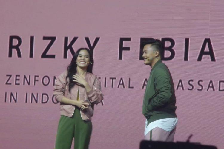 Sheryl Sheinafia dan Rizky Febian dalam peluncuran Zenfone 4 Selfie di Pullman Hotel, Jakarta Barat, Rabu (25/10/2017).