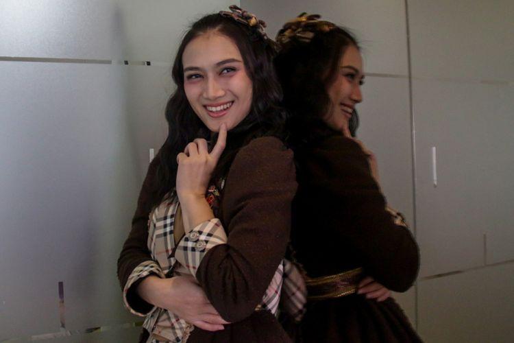 Personel JKT48 Melody berpose saat berkunjung ke kantor redaksi Kompas.com di Gedung Kompas Gramedia, Jakarta, Selasa (13/3/2018). Kunjungan mereka untuk mempromosikan JKT48 Melody Graduation Concert yang akan berlangsung di The Kasablanka Hall, pada 24 Maret 2018.