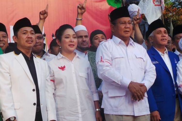 Titiek Soeharto bersama dengan Prabowo Subianto dan sejumlah elit partai pendukung dalam deklarasi Koalisi Merah Putih secara permanen di Tugu Proklamasi