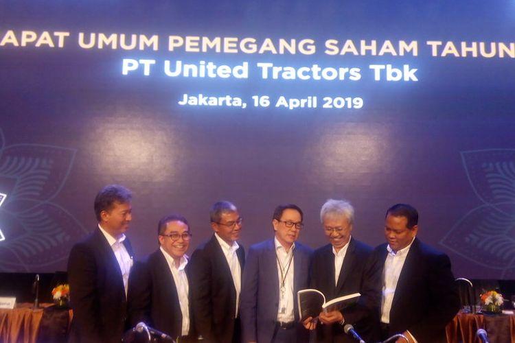Anggota Direksi PT United Tractors Tbk menggelar konferensi pers usai Rapat Umum Pemegang Saham Tahunan (RUPST) 2019 di Grand Ballroom United Tractors, Jakarta, Selasa (16/4/2019).