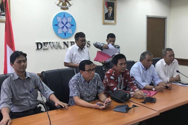 Mantan Komandan Tim Mawar Mayjen TNI (Purn) Chairawan (kedua dari kanan), Kuasa Hukum Chairawan, Herdiansyah (batik merah), dan anggota Dewan Pers Hendry Chairudin Bangun (kedua dari kiri). Chairawan melaporkan Majalah Tempo kepada Dewan Pers, Selasa (11/9/2019).