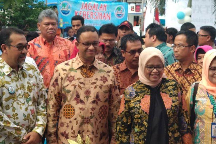 Bupati Kepulauan Seribu Irmansyah, Gubernur DKI Jakarta Anies Baswedan, dan istrinya Ferry Farhati dalam perayaan hari ulang tahun Kabupaten Kepulauan Seribu di Pulau Pramuka, Sabtu (11/11/2017).