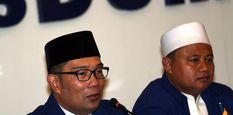 Bakal calon Gubernur dan Wakil Gubernur Jawa Barat yang diusung Partai NasDem, Ridwan Kamil (kiri) dan Uu Ruzhanul Ulum memberikan keterangan kepada wartawan di kantor DPP Partai NasDem, Jakarta, Minggu (7/1).