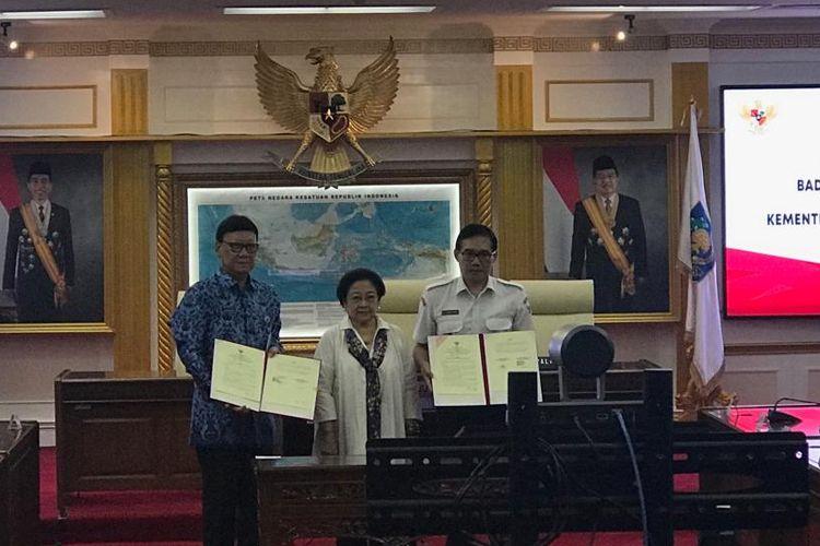 Menteri Dalam Negeri Tjahjo Kumolo dan Plt Kepala BPIP Hariyono di Kantor Kemendagri, Jakarta Selatan, Senin (20/5/2019).