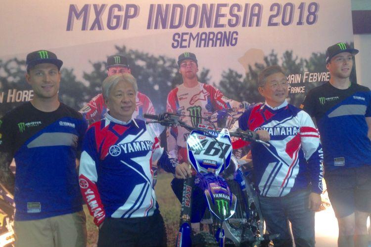 Foto bersama duo riders dari tim Monster Energy Yamaha Factory sebelum balapan di seri 13 MXGP Indonesia, Jumat (6/7/2018).