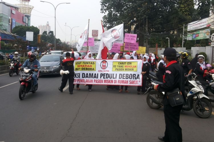 Sekelompok masyarakat yang menamakan diri Dewan Kesehatan Rakyat (DKR) Kota Depok mengadakan aksi damai peduli Debora, Jumat (15/9/2017). Pada kesempatan tersebut, para demonstran sempat mengadakan aksi jalan kaki dari pertigaan Ramanda menuju Balai Kota Depok.