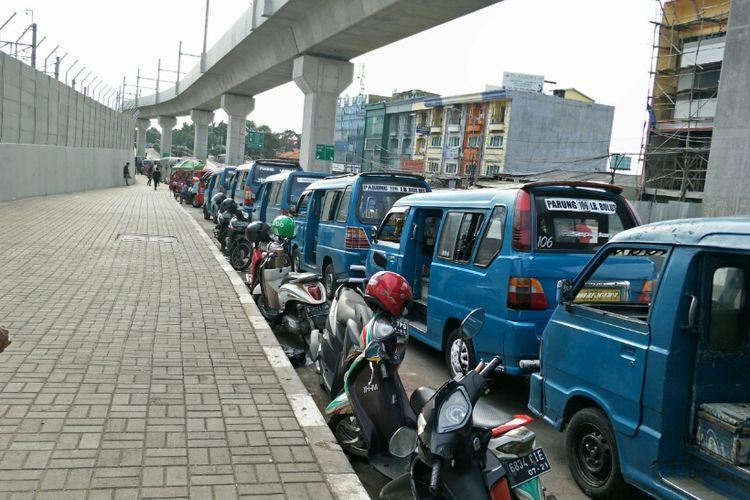 Angkot ngetem di samping  MRT Lebak Bulus, Jalan R.A Kartini, Cilandak Barat, Jakarta Selatan, Rabu (20/3/2019).