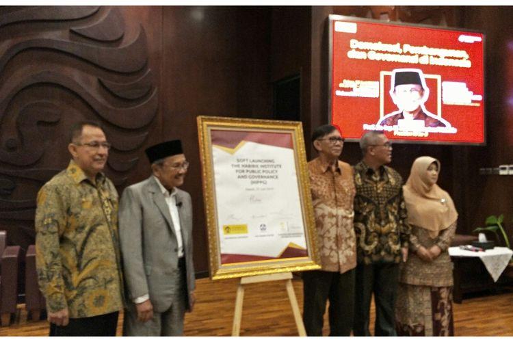 Habibie saat tanda tangan MOU peluncuran The Habibie Institue for Public Policy and Governance (HIPPG), Selasa (25/6/2019).