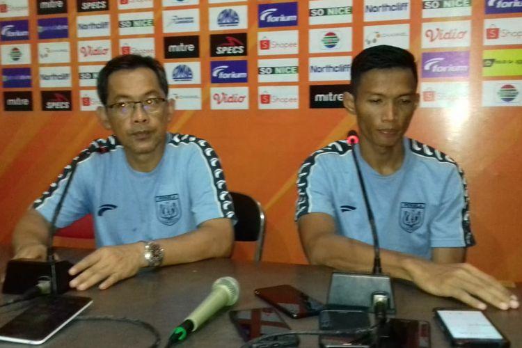 Pelatih Persela Lamongan Aji Santoso (kiri) dan Eki Taufik, usai pertandingan lawan Madura United.
