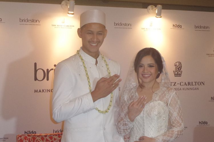 Tasya Kamila dan Randi Bachtiar berpose dalam jumpa pers pernikahannya di Mutiara Ballroom The Ritz-Carlton, Mega Kuningan, Jakarta Selatan, Minggu (5/8/2018).