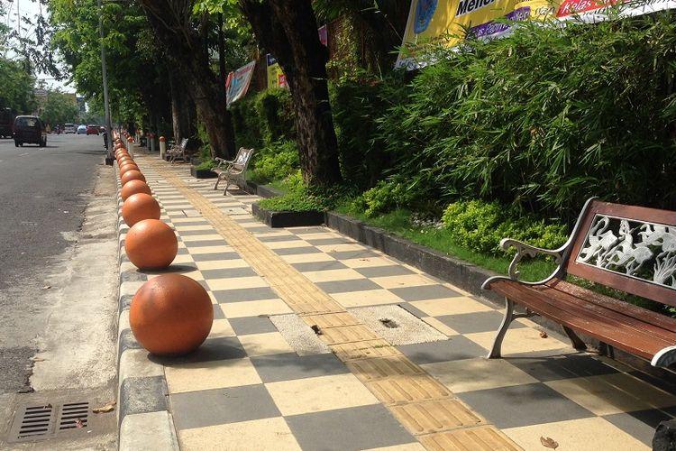 Kota Semarang menata sejumlah pedestrian agar lebih manusiawi dan bersih. Trotoar yang semula lebarnya hanya 1,5 meter kini diperlebar menjadi dua meter. Material trotoar yang awalnya paving block pun diubah menjadi keramik yang dilengkapi dengan jalur bagi penyandang tunanetra.