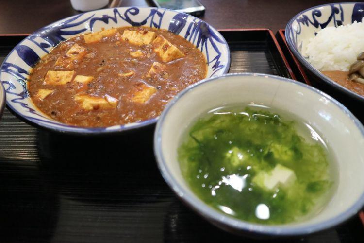 Kari Tofu dan sop tofu salah satu hidangan halal yang disajikan Suimui Resto, satu-satunya resto yang melayani hidangan halal di kawasan Shurijo Castle Park, Okinawa, Jepang, Jumat (29/6/2018).
