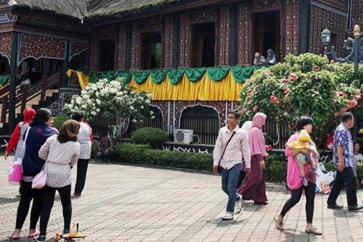 Warga berkunjung ke Anjungan Sumatera Barat di Kompleks Taman Mini Indonesia Indah (TMII), Jakarta Timur, bertepatan dengan ulang tahun ke-40 TMII, Senin (20/4/2015). TMII diharapkan menjadi ruang budaya bagi semua daerah di Nusantara.