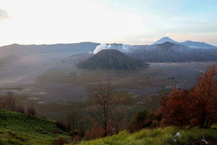 Keindahan pemandangan Gunung Bromo, Gunung Batok dan Gunung Semeru bisa disaksikan dari lokasi wisata Bukit Cinta, Pasuruan, Jawa Timur, Sabtu (4/11/2017). Bukit Cinta menjadi alternatif menyaksikan matahari terbit di kawasan wisata Gunung Bromo.
