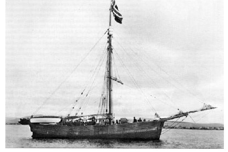 Roald Amundsen bersama kapalnya