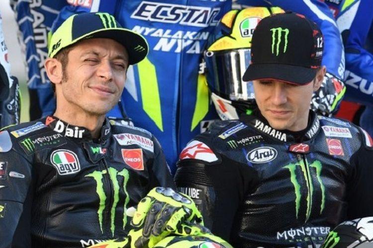 Pebalap Monster Energy Yamaha MotoGP, Valentino Rossi dan Maverick Vinales, berpose di Sirkuit Losail jelang GP Qatar, 7 Mei 2019.