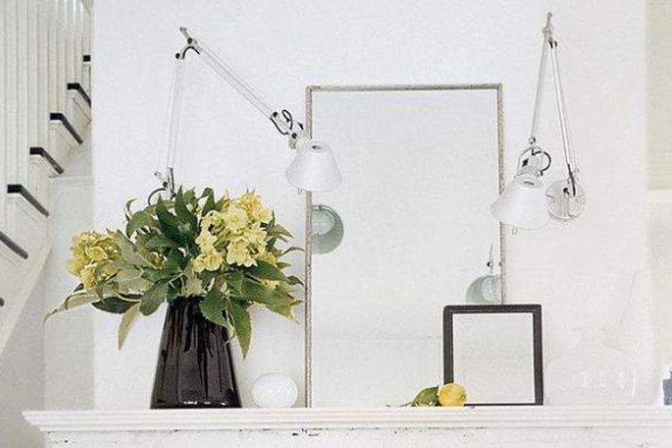 Tidak selamanya Anda bisa menambah jendela, mengubah pintu jadi pintu kaca, atau menambah lampu di dalam rumah untuk membuat interior rumah terasa lebih terang. Ada trik lain yang lebih mudah dan sama efektifnya.