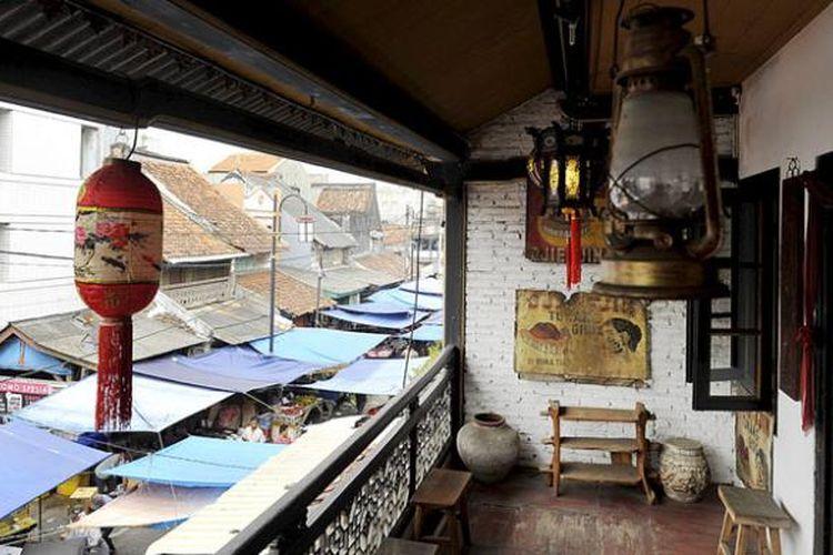 Balkon di lantai dua Museum Benteng Heritage di Pasar Lama, Kota Tangerang, dengan latar belakang tenda-tenda pedagang pasar.