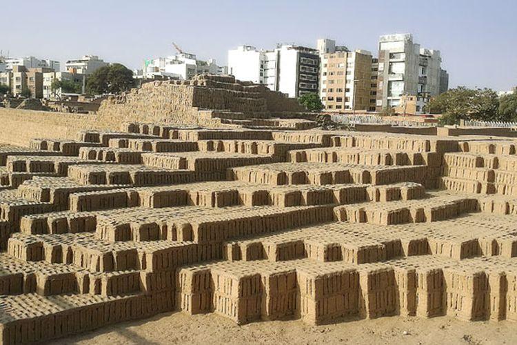 Huaca Pucllana merupakan piramida kuno di kota Lima, Peru.